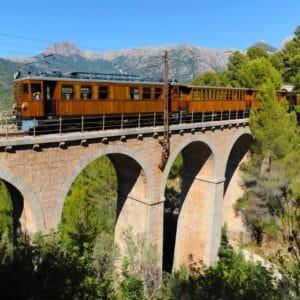 Landausflug Mallorca: Der rote Blitz von Mallorca auf einer typischen Rundbogenbrücke