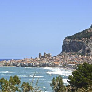 Landausflug auf Sizilien: Traumhaft gelegen ist Cefalu am Fuße des La Rocca