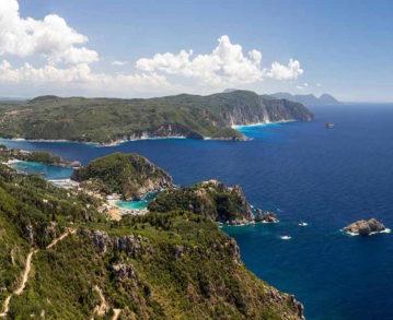 Landausflug auf Korfu: Fernblick über die Bucht von Paleokastritsa